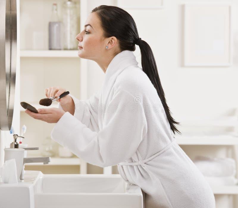 makeup som sätter kvinnan royaltyfri fotografi