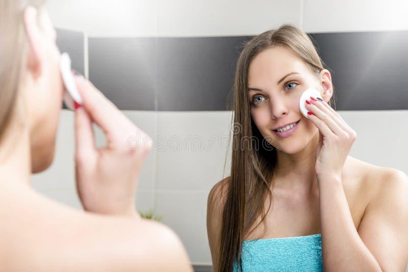 makeup som tar bort kvinnan arkivfoton