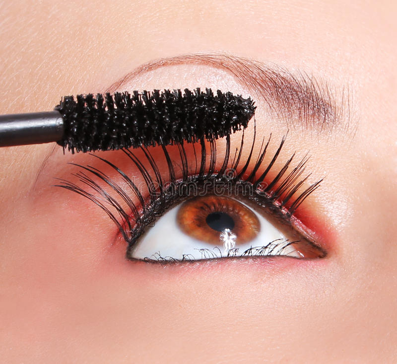 Makeup, stosuje tusz do rzęs, oko z długimi rzęsami obrazy stock