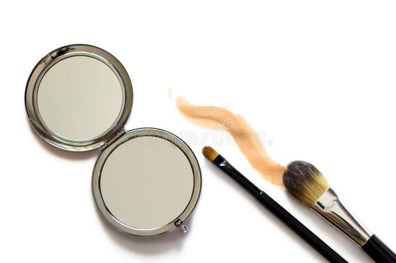 Makeup szczotkuje lustro obraz stock