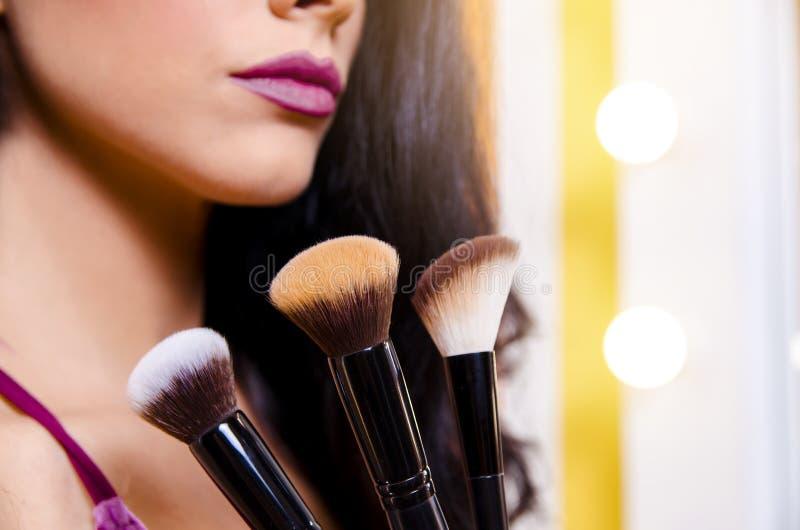 Makeup upp/beautificationbegrepp, oigenkännlig kvinna royaltyfri fotografi