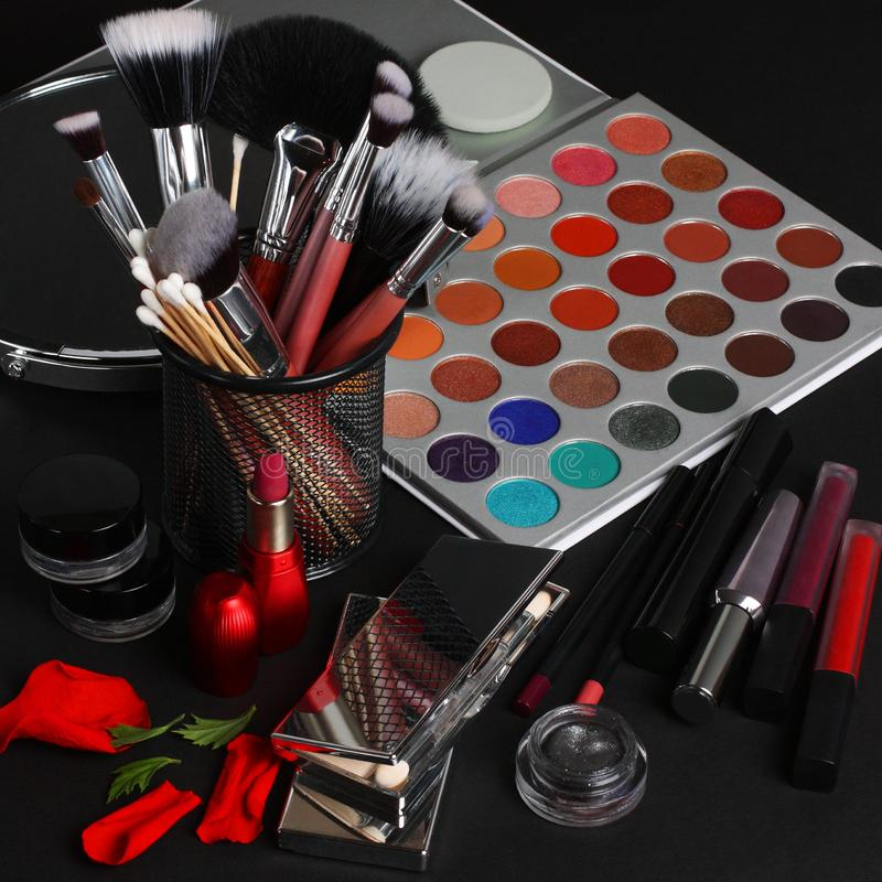 Makeupborstar och sk?nhetsmedel p? en svart bakgrund royaltyfria foton