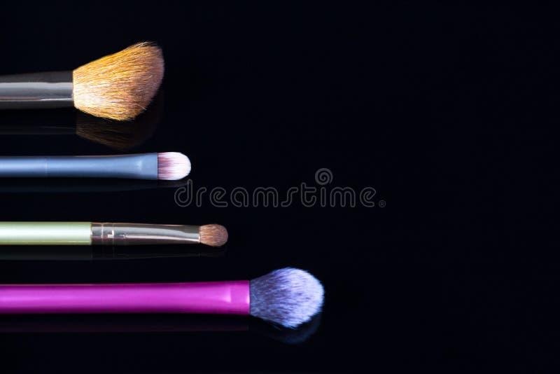 Makeupborstar p? svart bakgrund Skönhetsmedel mode, skönhet, glamour Tillbehör för sminkkonstnär royaltyfria bilder