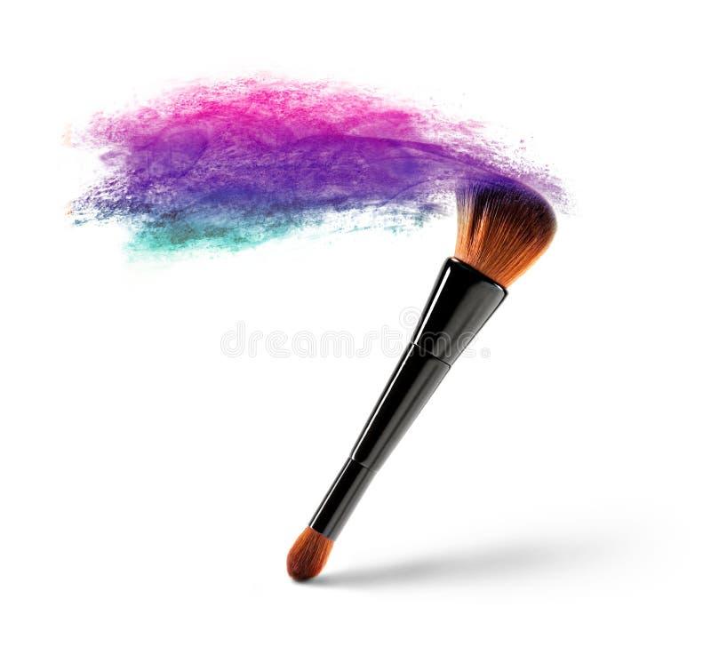 Makeupborste med färgpulver royaltyfri bild