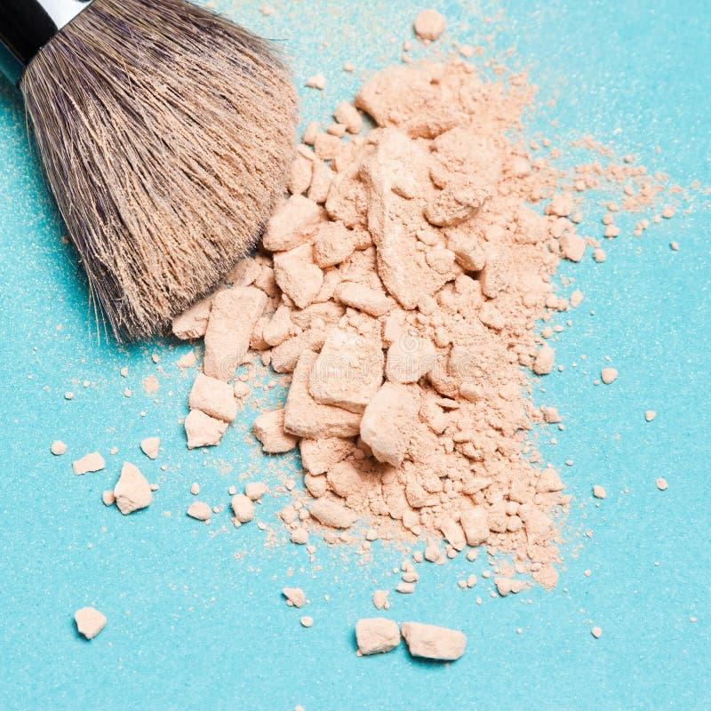 Makeupborste med krossat mineraliskt matteöverenskommelsepulver royaltyfria foton