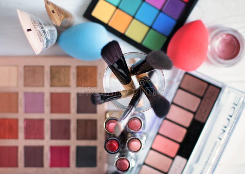Makeupborste och skönhetsmedel på den vita trätabellen Top beskådar fotografering för bildbyråer