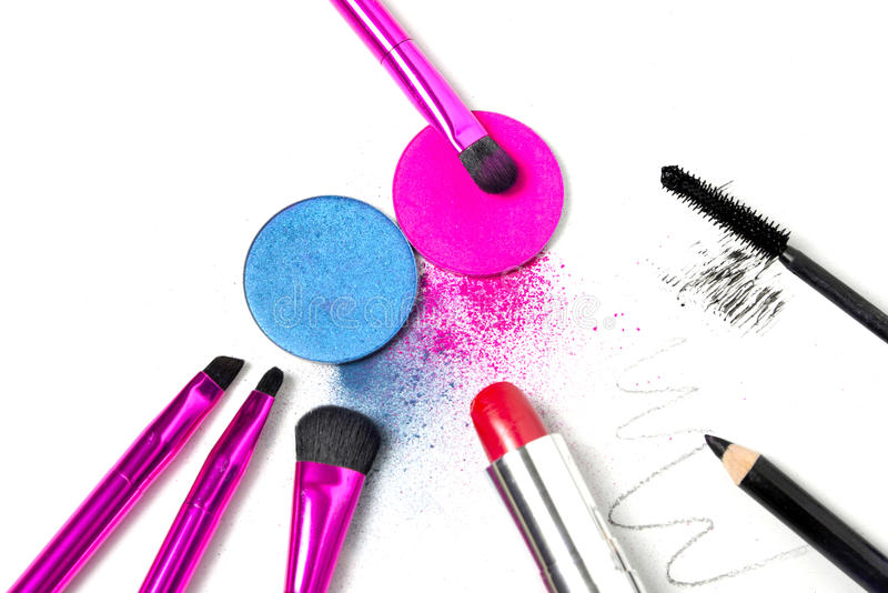 Makeuphjälpmedel - borstar, ögonskuggor, läppstift, mascara och eyeliner royaltyfri bild