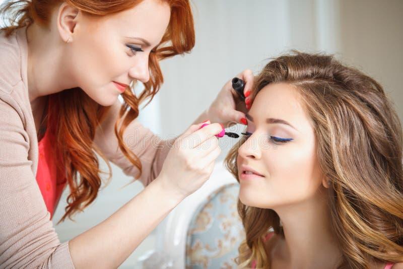 Makeupkonstnär som förbereder bruden för bröllopet i en morgon royaltyfria foton