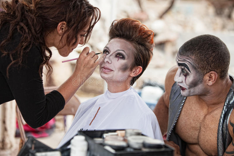 Makeupkonstnär Working Backstage royaltyfria bilder