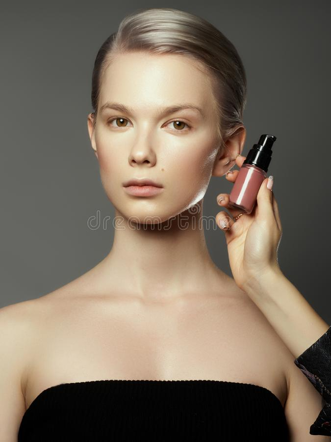 Makeupkonstnären applicerar skönhetsmedel h?rlig framsidakvinna Perfekt makeup Makeupdetalj perfekt hud f?r sk?nhetflicka royaltyfri bild