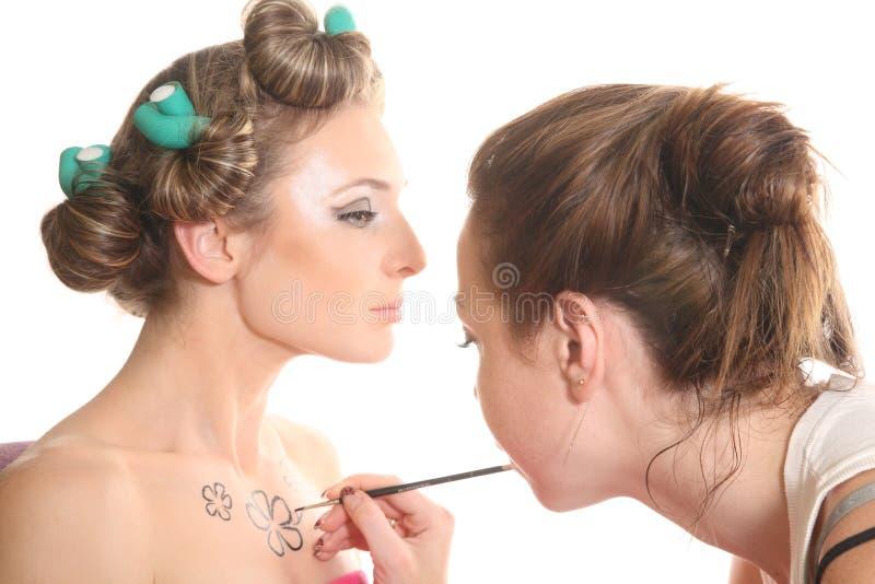 Makeupkonstnären målar huvuddelkonst royaltyfria bilder