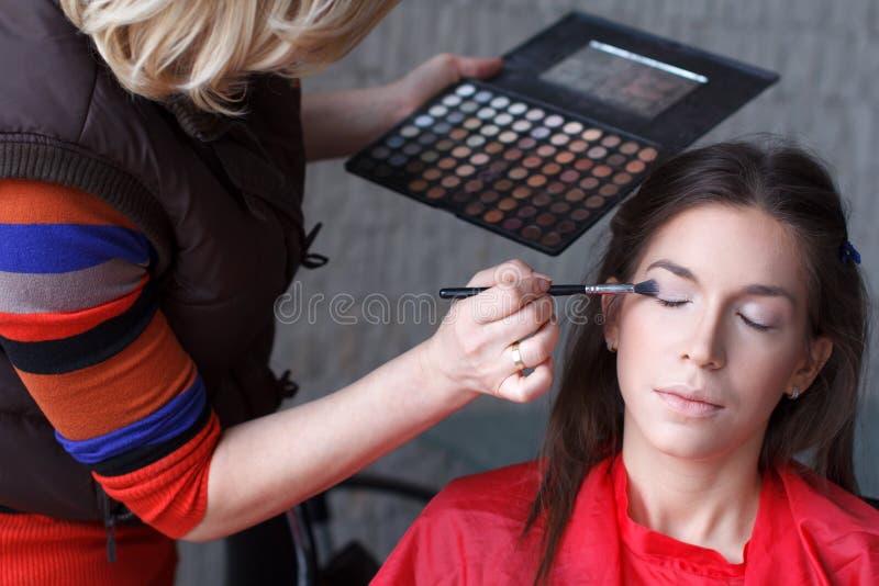 Makeupkonstnär som förbereder ögonskugga arkivfoton