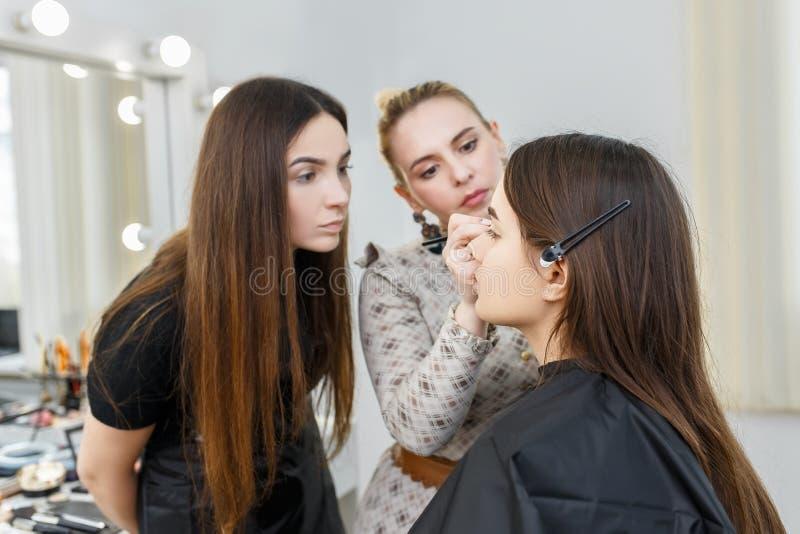 Makeupkurs på skönhetskolan arkivfoto