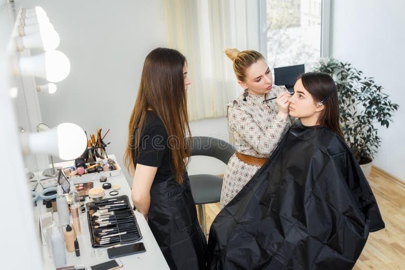 Makeuplärare med studenten fotografering för bildbyråer
