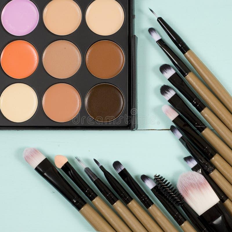 Makeuppalett med bakgrund för makeupborstemakeup arkivfoton