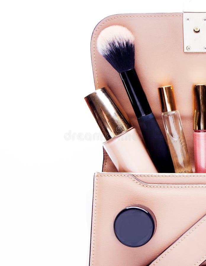 Makeupprodukter med den kosmetiska påsen på vit bakgrund arkivbilder