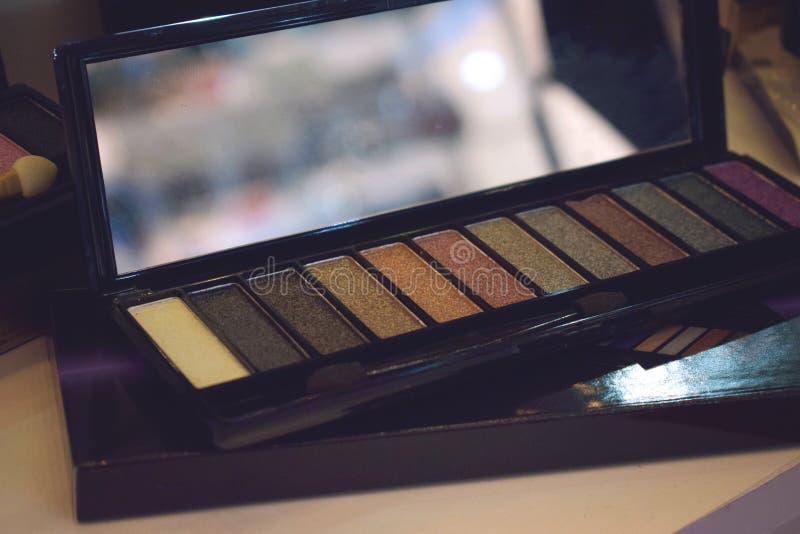 Makeupsats för yrkesmässig makeup Ljus palett för färgögonskugga, uppsättning Closeup av den yrkesmässiga makeupsatsen royaltyfria foton