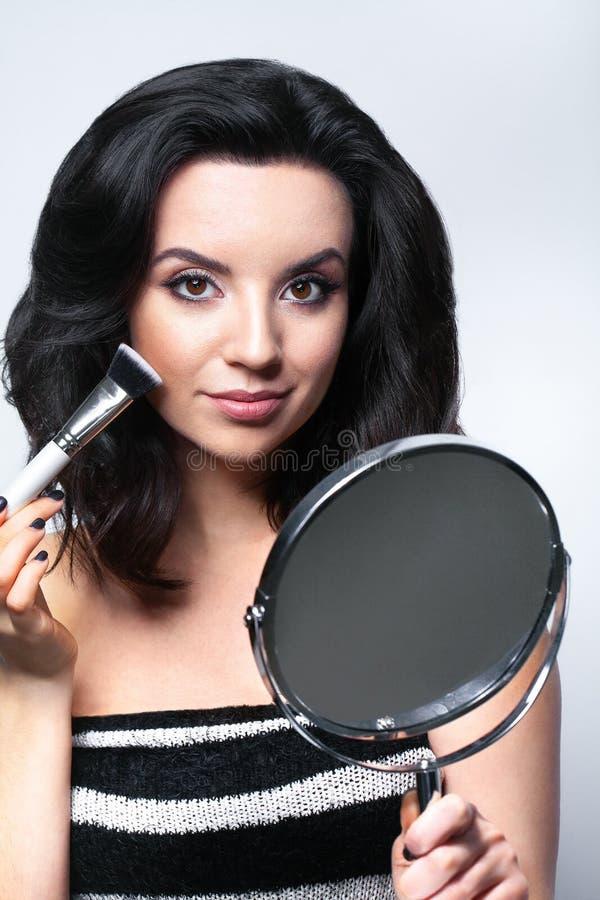 Makeupskönhetframsida Glamorös kvinnlig med ansikts- skönhetsmedel arkivbilder