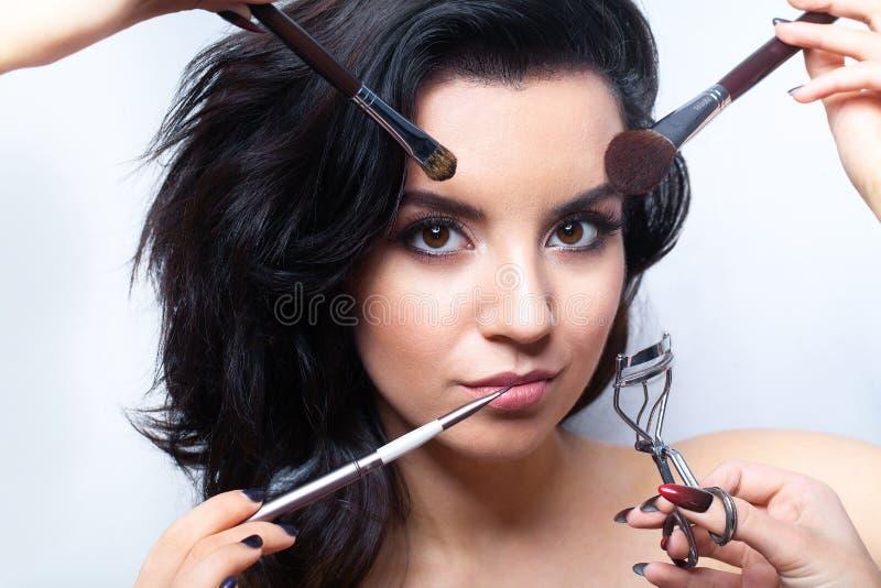 Makeupskönhetframsida Glamorös kvinnlig med ansikts- skönhetsmedel arkivbild