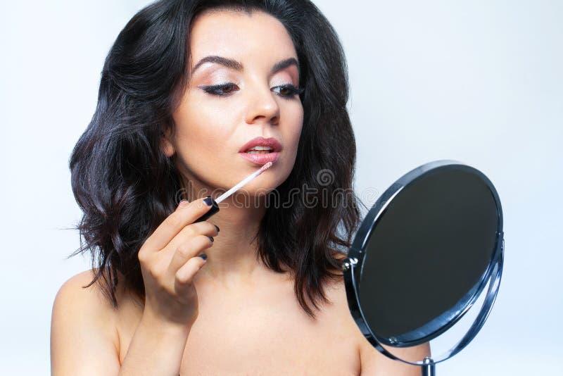 Makeupskönhetframsida Glamorös kvinnlig med ansikts- skönhetsmedel fotografering för bildbyråer