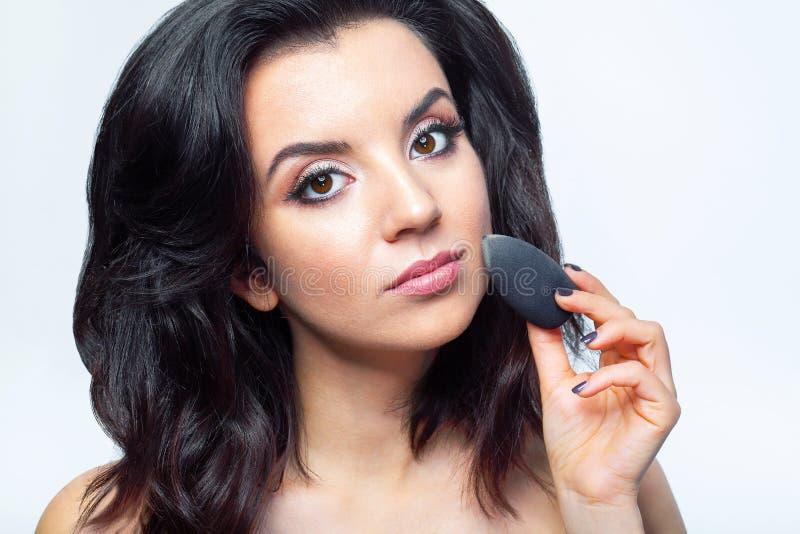 Makeupskönhetframsida Glamorös kvinnlig med ansikts- skönhetsmedel arkivfoton