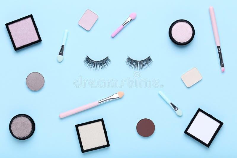 Makeupskuggor med borsten royaltyfri foto