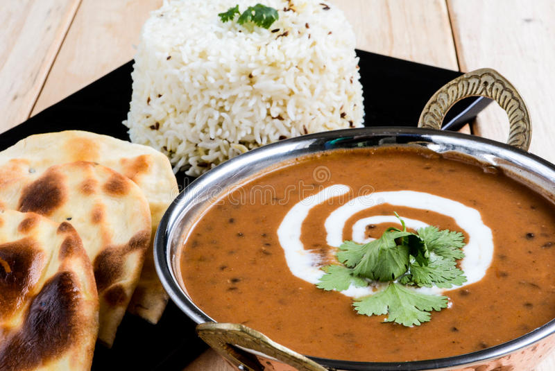 Makhni Dal с naan и рисом стоковые фото