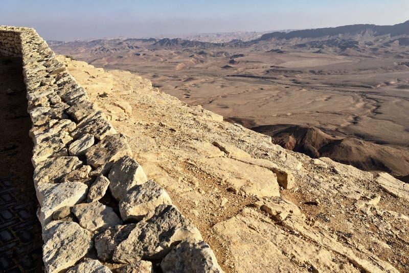 Makhtesh Ramon Crater et falaise dans le désert du Néguev photographie stock