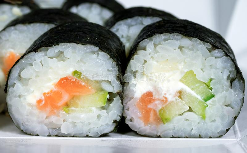maki用三文鱼米乳酪和黄瓜 免版税库存照片