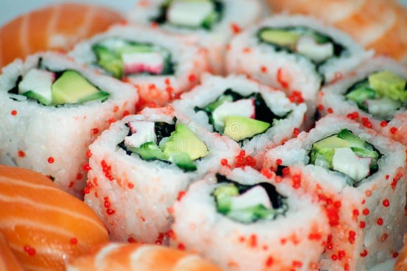 Maki de Califórnia e ascendente próximo do sushi imagem de stock royalty free