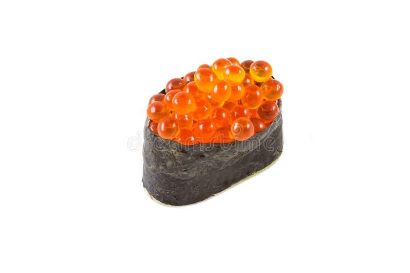 Maki de Gunkan con el caviar de color salmón (Ikura) fotos de archivo
