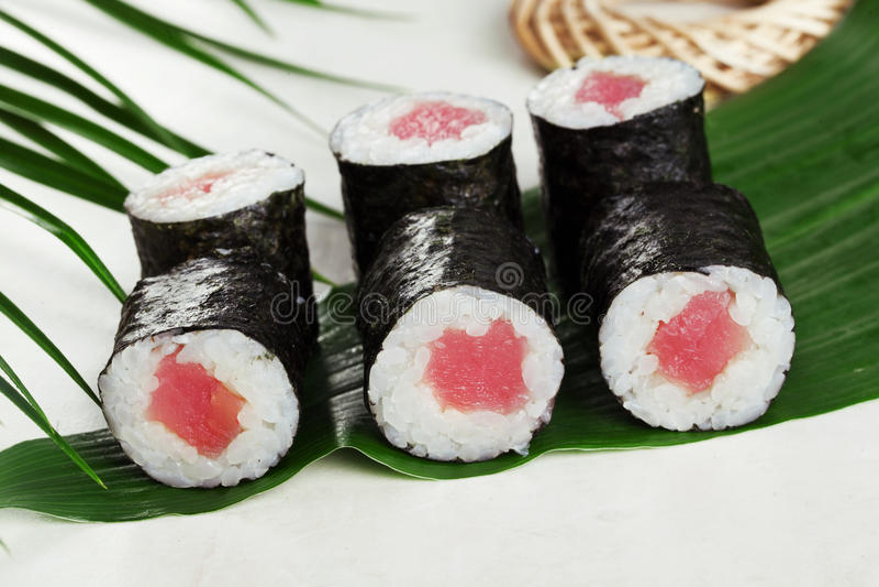 Maki de la kappa de las cebolletas del atún del rollo de sushi mini en imagen de archivo