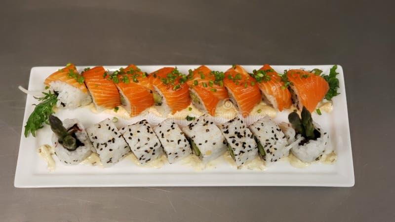 Maki dei sushi dell'asparago e del salmone fotografia stock