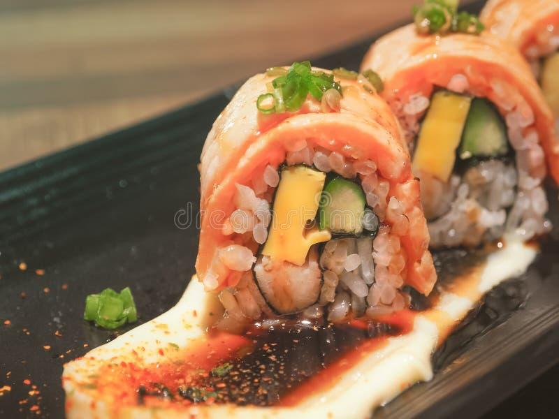 Maki di color salmone del rotolo di sushi, cucina giapponese immagini stock libere da diritti