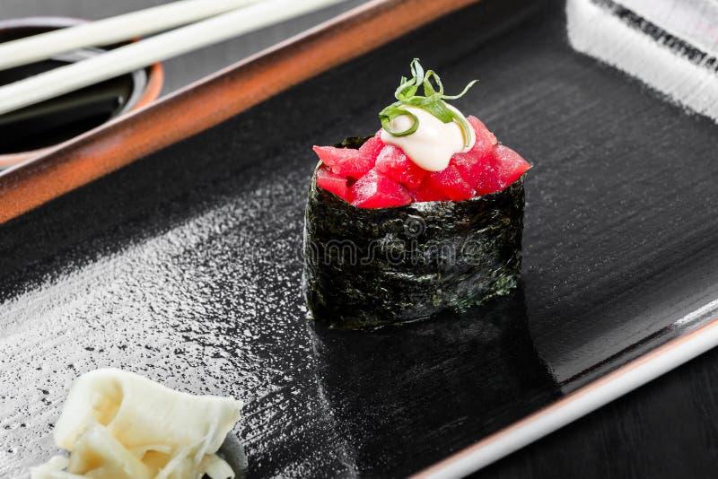 Maki di Gunkan dei sushi con il tonno su fondo di legno scuro Cucina giapponese fotografia stock libera da diritti