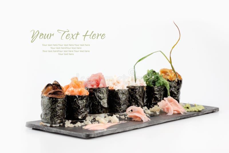 Maki gunkan do sushi em um fundo branco fotografia de stock royalty free