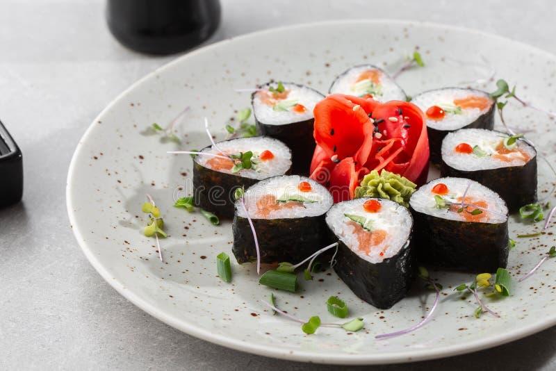 Maki rola com salmão, pepino, caviar e queijo Pedaços frescos de hosomaki com arroz e nori Encerramento de deliciosos alimentos j imagens de stock royalty free