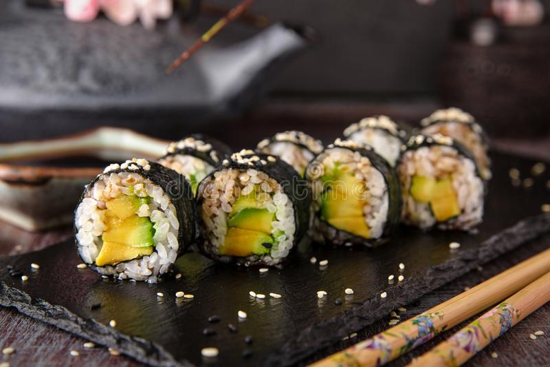 Maki rollt mit Avocado und unagi Soße Sushimenü stockfoto
