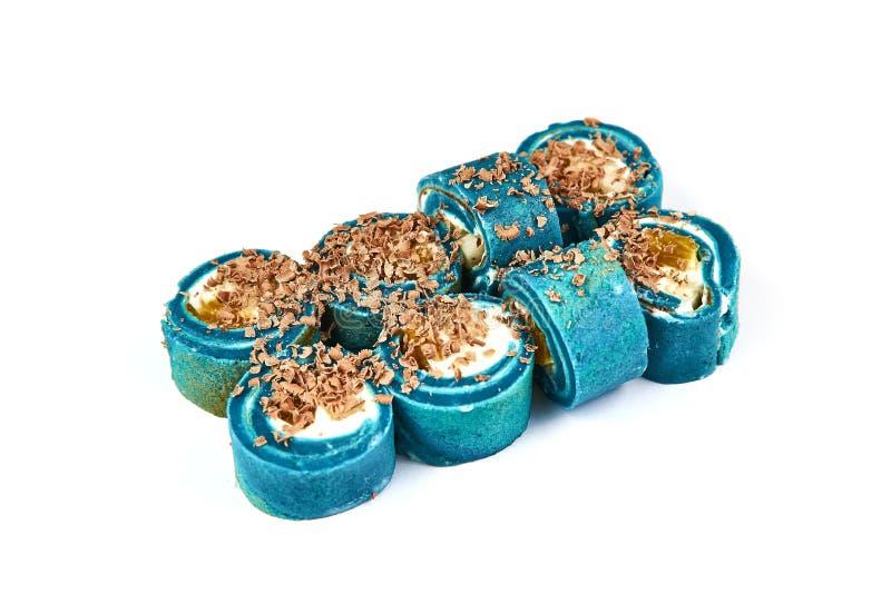 Maki Sushi Pancake Rolls blu con i frutti vicino su Il rotolo affettato del pancake del dessert con la salsa servita e dolce del  fotografie stock