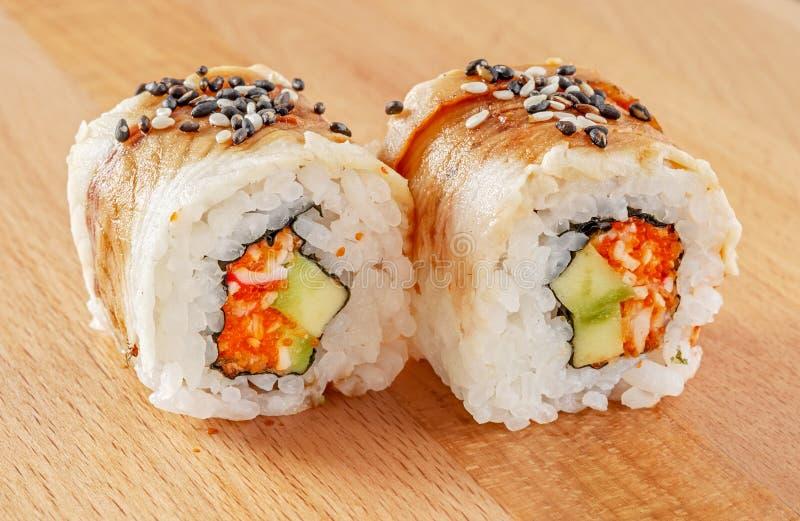 Maki Sushi Roll avec l'anguille et le sésame image libre de droits