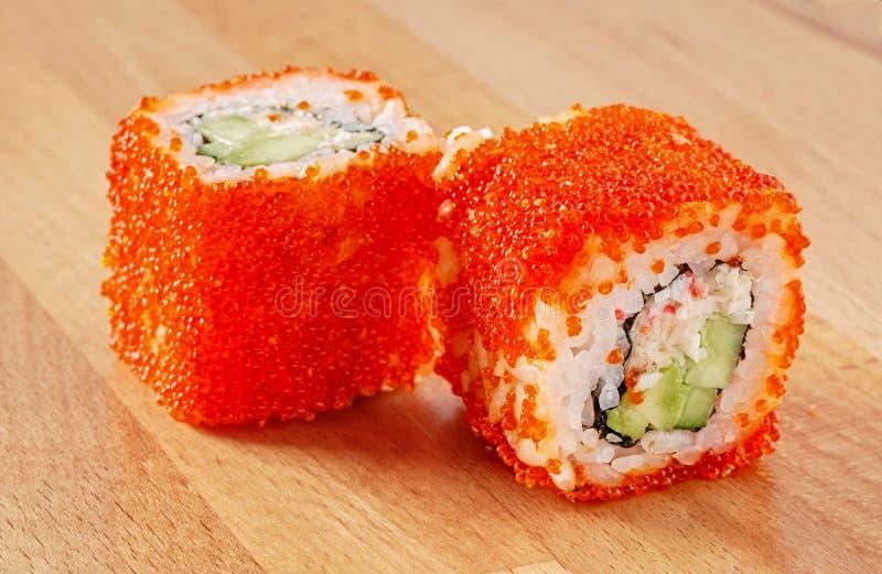 Maki Sushi Roll con polpa di granchio e Tobiko immagini stock
