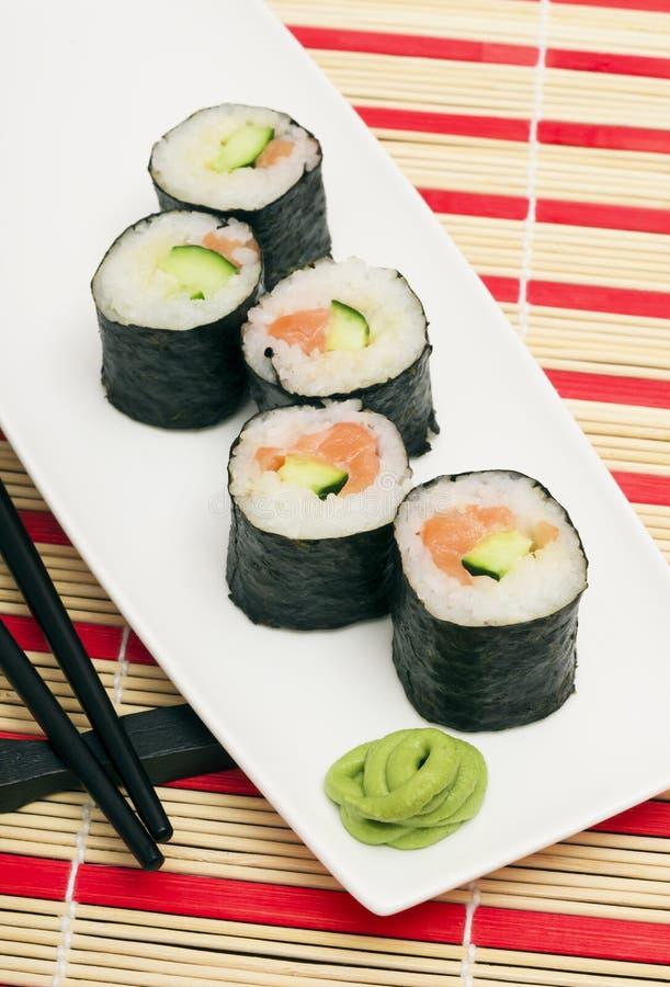 Maki Sushi - rollo hecho de la anguila ahumada, queso cremoso y profundamente fotografía de archivo