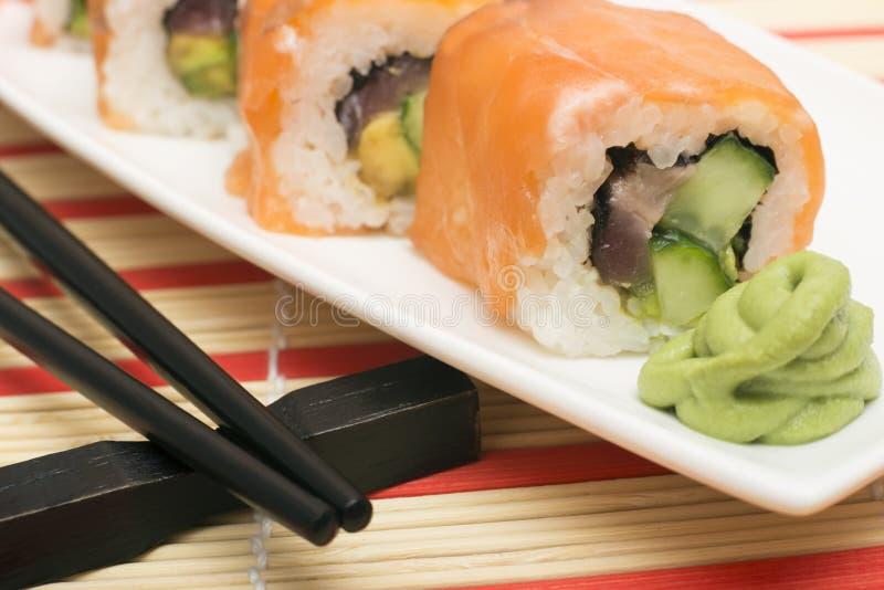 Maki Sushi - rollo hecho de la anguila ahumada, queso cremoso y profundamente imágenes de archivo libres de regalías