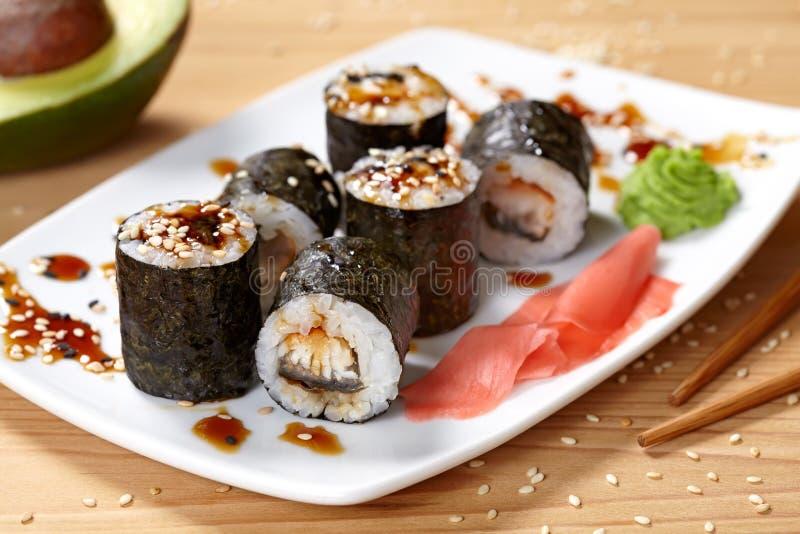 Maki sushirulle med ålen, wasabi, ingefäran och nori royaltyfri foto