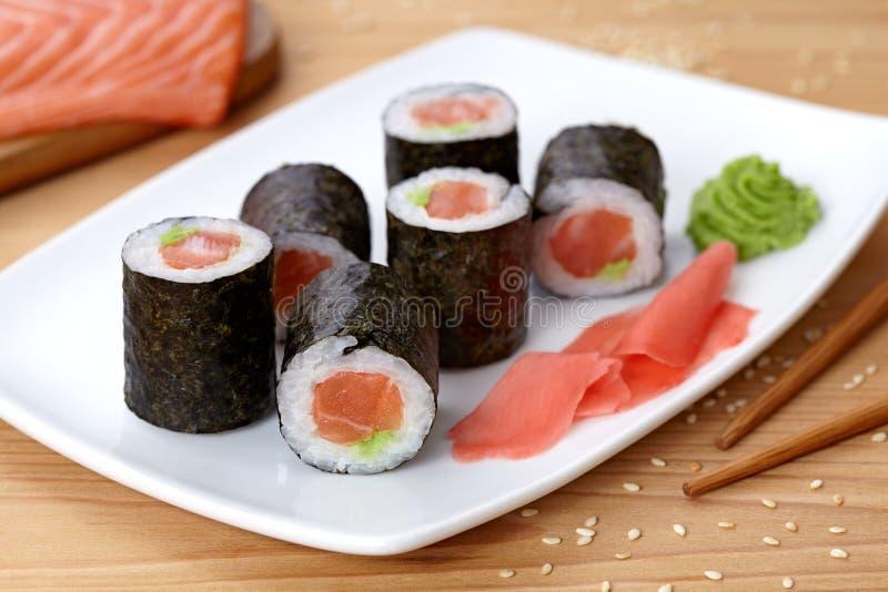 Maki sushirulle med laxen, wasabi, ingefära och royaltyfria foton