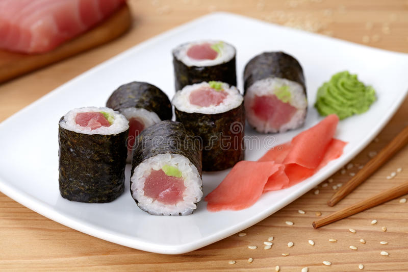 Maki sushirulle med tonfisk, wasabi, ingefäran och nori royaltyfria foton