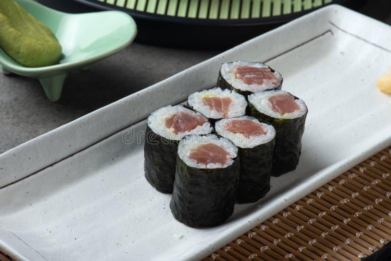Maki Tuna Sushi rullar arkivbild