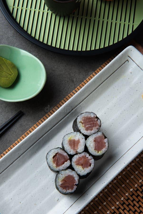 Maki Tuna Sushi rullar arkivbilder