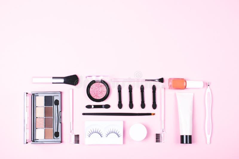 Makijaż kobiety podstawy na różowym tle zdjęcia stock