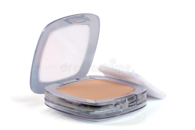 Makijażu proszek w pudełku odizolowywającym na białym tle obraz stock
